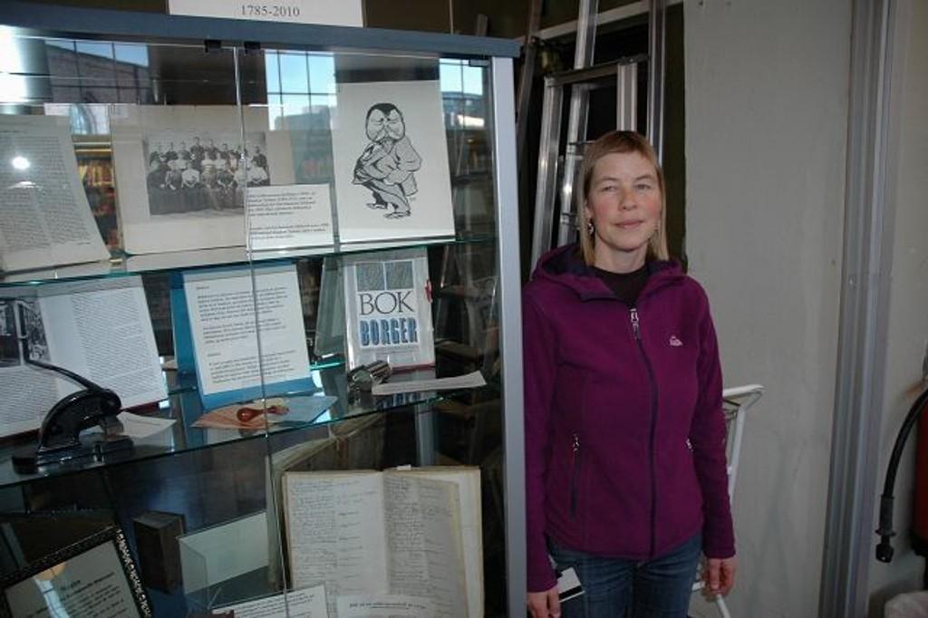 MARKERER: Spesialbibliotekar Astrid Werner ønsker alle velkommen til å se de forskjellige utstillingene som er på biblioteket. FOTO: Andreas Lindbæk