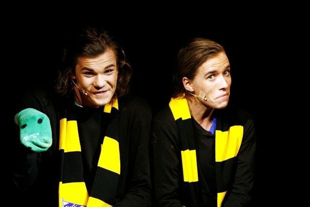 Henrik Lundgreen og Didrik Dahlgren Hanssen (t.h.) som Start-supportere i Nordstrandrevyen 2010. Foto: Øystein Dahl Johansen