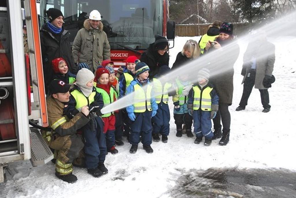 Barna i Dalskroken barnehage fikk prøve seg som brannmenn. Foto: Vidar Bakken