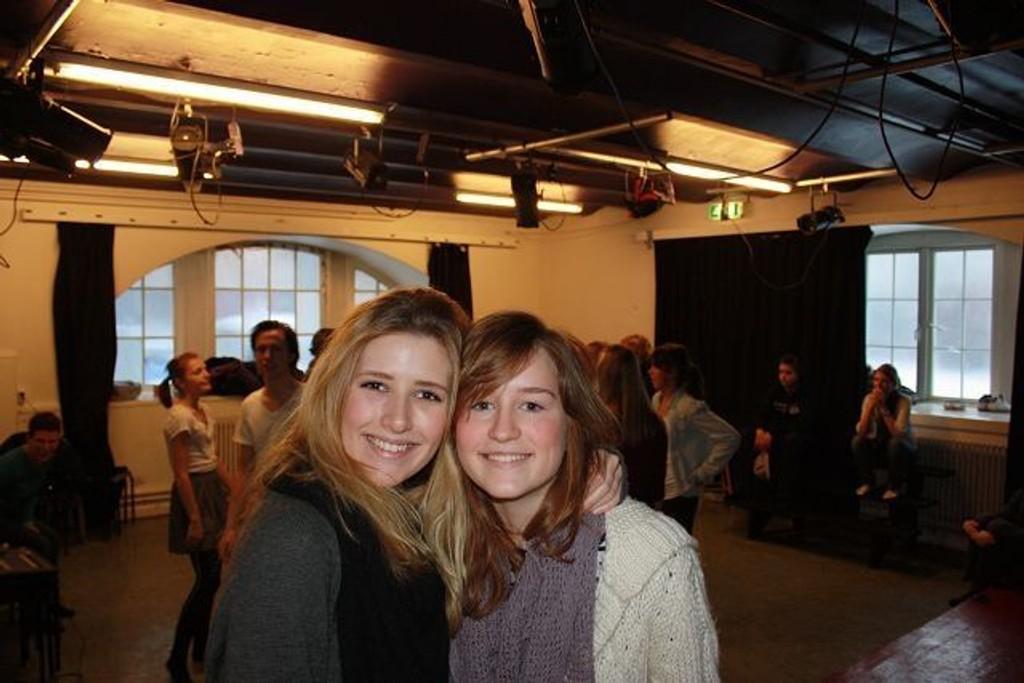 Cecilie Lilleaas og Susanne Karlsen som går i tredje klasse musikk, dans og drama -linjen. FOTO: HELLE KØBER