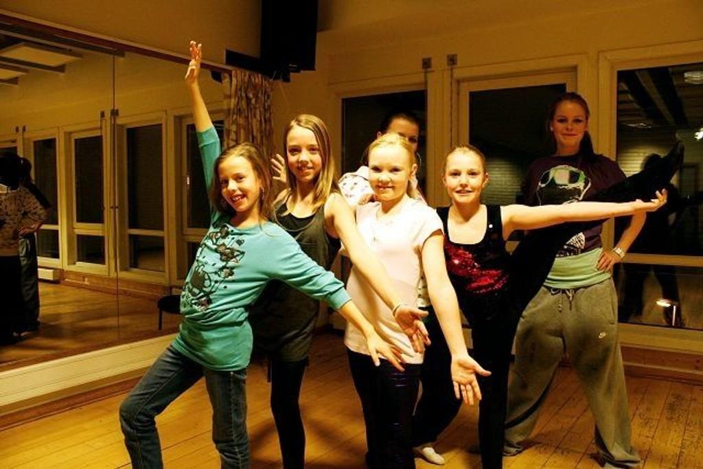 Flere dansegrupper holder til på klubben, deriblant «Lipgloss». F.v. Cecilie Melby, Julie Christine Riise Skjel, Nathalie Hauger og Martine Jensen. Bak er instruktørene Mia Sandbekk og Julie Bonde. Alle foto: Kristin Trosvik