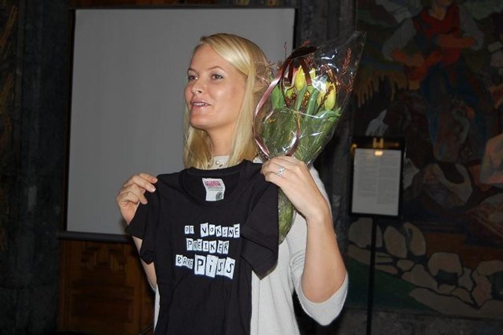 Kronprinsesse Mette Marit mottok blomster og en t-skjorte med en klar beskjed til de voksne. FOTO: Anita Bakk Henriksen