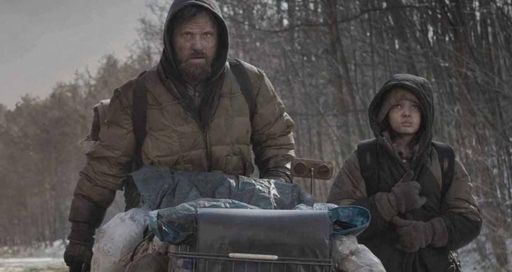 FAR OG SØNN: Verden har gått til hundene i John Hillcoats «The Road» (norgespremiere 19. februar). Det er opp til Viggo Mortensen å holde liv i seg selv og junior (Kodi Smit-McPhee). (FOTO: Filmweb)