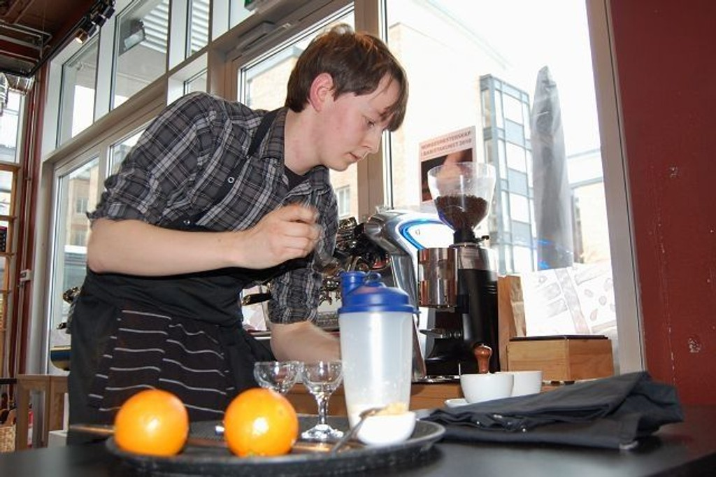 Her er første deltaker, Olof Warfvinge i full sving med å lage sin signaturdrikk under NM-kvalik i barista på cafê Copa Con Oro. FOTO: Anita Bakk Henriksen