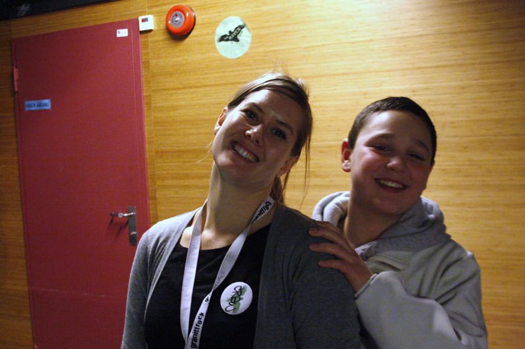 Den nye klubblederen på The Raven, Maren Bråthen med en ivrig medlemm Erkan Idriz.