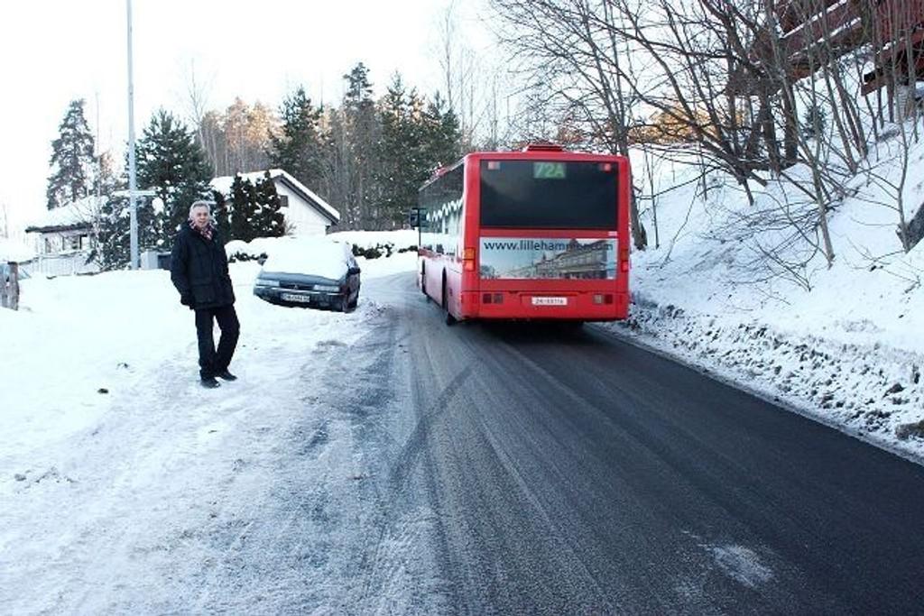 Møtende buss og bil i Dalsåsen kan føre til farlige situasjoner. Velformann Bent Åserud ønsker seg parkeringsforbud. Foto: Arne Vidar Jenssen