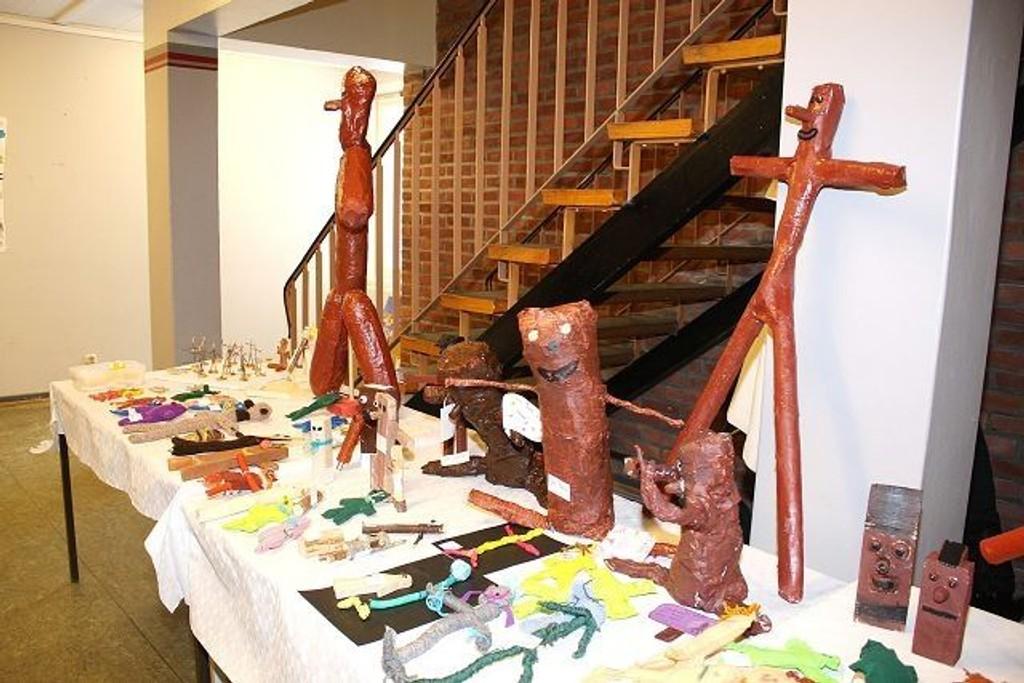 Mange elever hadde valgt å lage Knerten og på utstillingen kunne man se et helt bord med ulike Knertenfigurer.