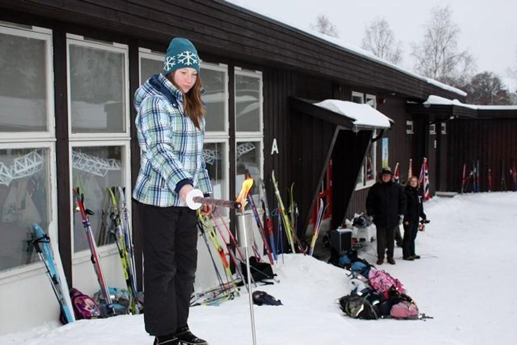 Sanne Jenssen Nylændet tente den olympiske ild på Klemetsrud skole. KLIKK PÅ BILDET FOR Å SE NESTE BILDE