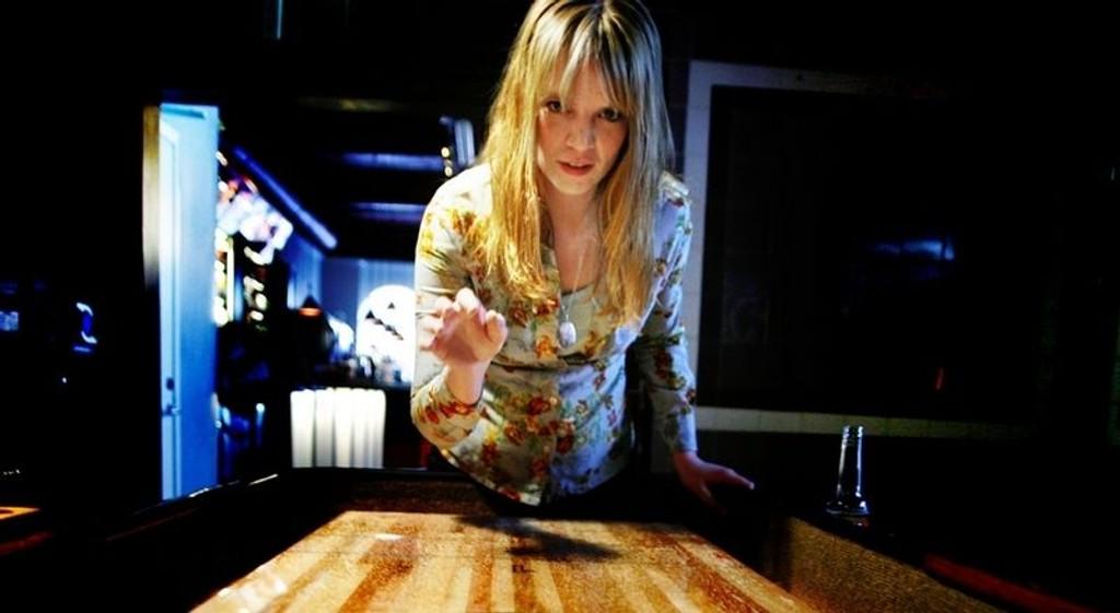 OPPLÆRING: Ingrid Olava har fått dilla på de amerikanske shuffleboardene på utestedet Tilt, som kjæresten er medeier i. Hun lærer villig bort reglene til nykommere. (FOTO: Carl Martin Nordby)