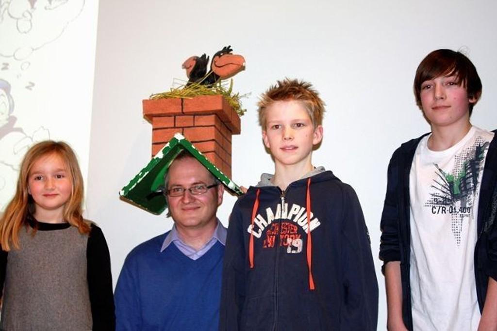 Knut Jørgen Røed Ødegaard i Petter Smart-hatt for anledningen, her sammen med Amanda Eide, Håvard Bing og Åsmund Stein. Foto: Ingvild Liadal