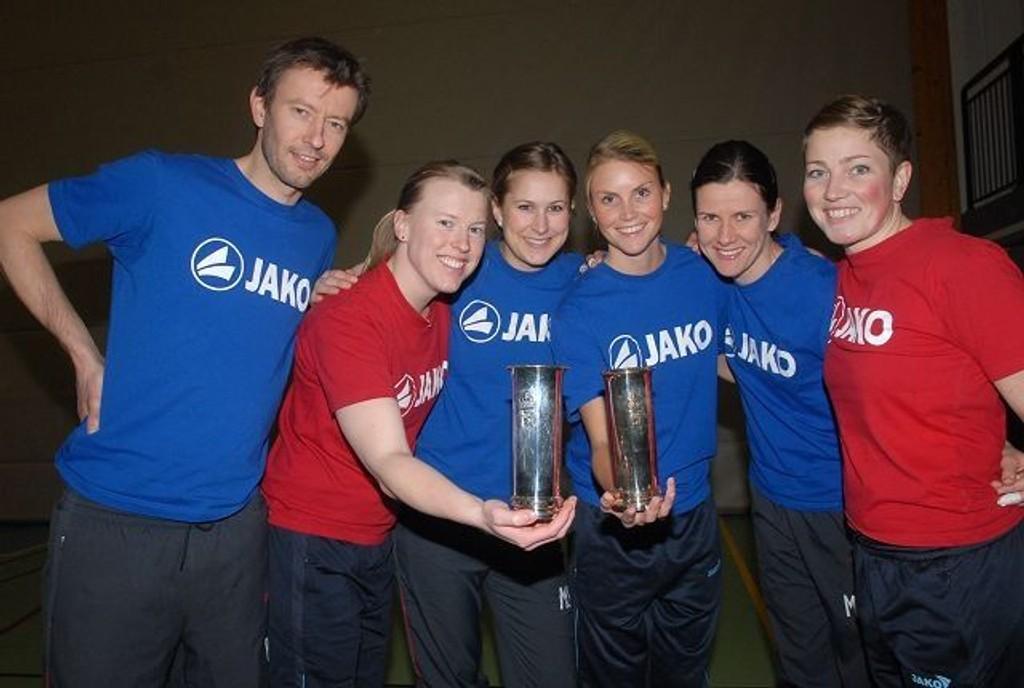 Koll-trener Ragnar Wisløff sammen med norgesmesterne Linn Totsås (f.v.), Marianne Strøm, Marte Vestre, Maria Moen Storøy og Johanna D. Kløvfjell.