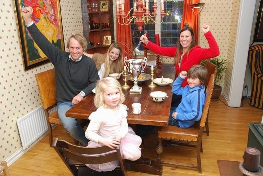 Det ble full seier for familien Semb i Krafttaket og pokalen kan fylles med kraftsuppe. Fra venstre Ola, Sofie, Rebecka, Baard og Clara (foran). Foto: Vidar Bakken