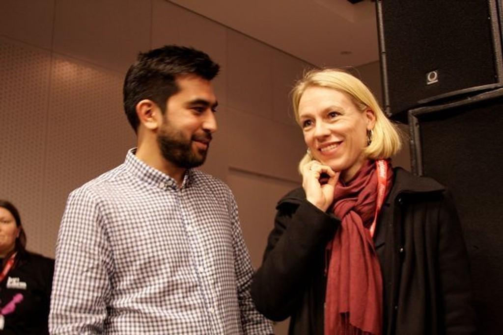 HJERTELIG MØTE: by:Larms pressesjef Benham Farazollahi hilste hjertelig på Kulturminister Anniken Huitfeldt. FOTO: MAREN THORSEN BLESKESTAD