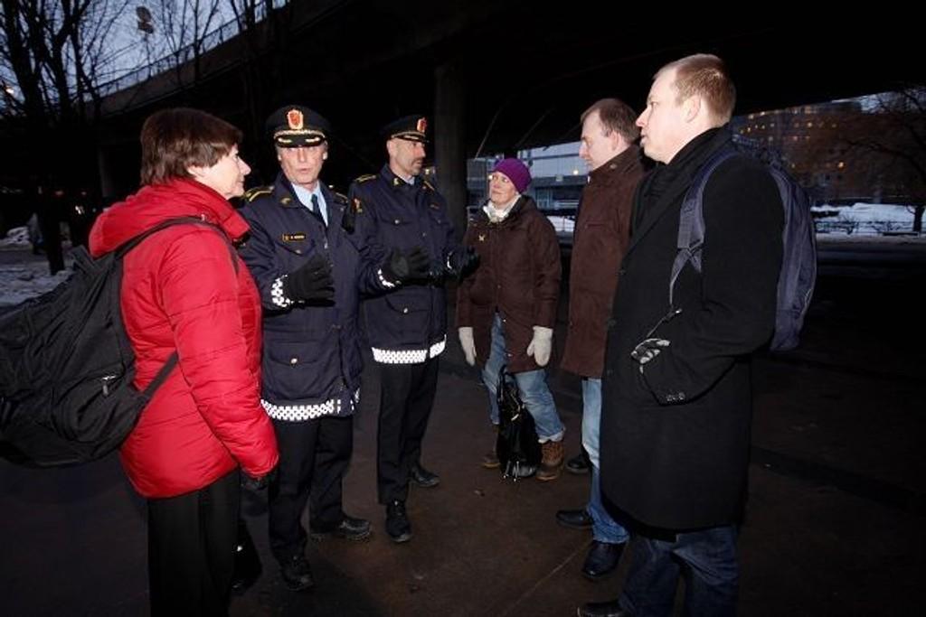 Vaterlandsbrua er et av hovedinnsatsområdene til politiet, Aps kommunalfraksjon fikk en innføring i hva Seniorpatruljen gjør på området. F.v. Lise Christoffersen (Ap), Øystein Herstad, Tommy Bruland, Hilde Magnusson Lydvo (Ap), Eirik Sivertsen (Ap) og Håkon Haugli (Ap).