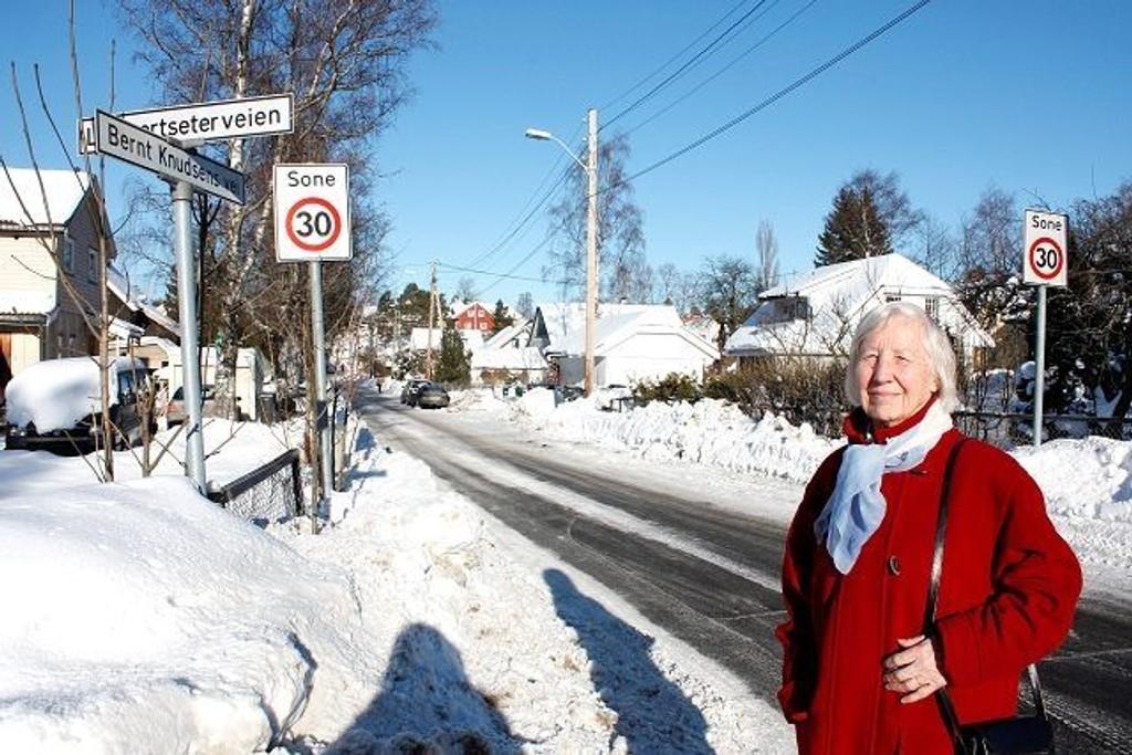 Klara Saure bor i det hvite huset bak til høyre i Bernt Knudsens vei. Det betyr at hun i fremtiden skal tilhøre Lambertseter menighet, mens de som bor på venstre side fortsatt er en del av Nordstrand menighet. Foto: Aina Moberg