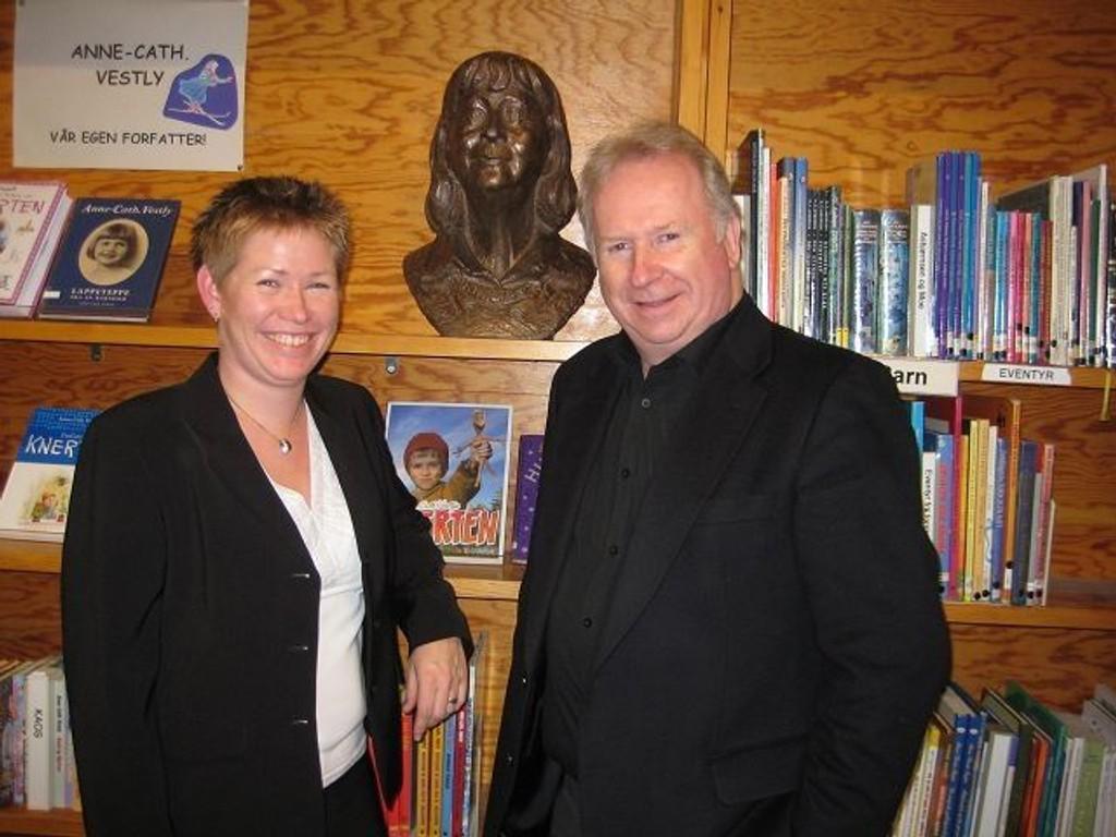 Tilbake på Bøler: Avdelingsleder på Bøler bibliotek, Heidi Stene, sammen med Jo Vestly foran bysten av hans mor. Bysten er laget av Sivert Donali. Foto: Privat