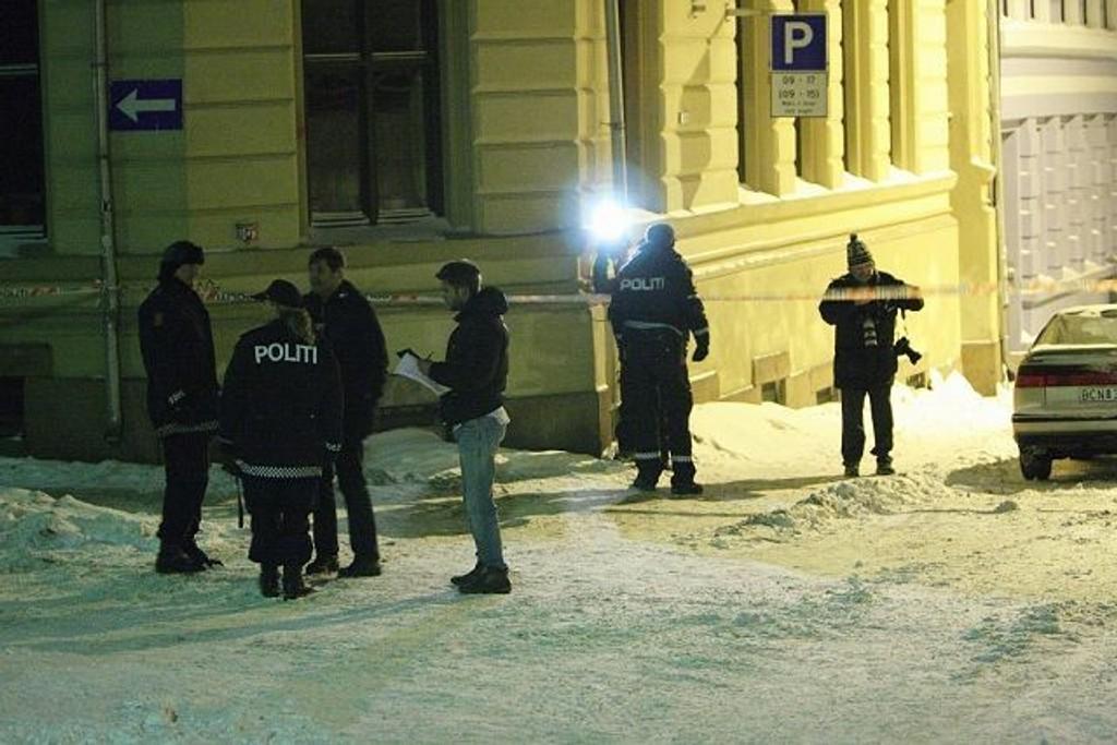 En 20-åring er pågrepet for overfallet i Markveien natt til søndag. Her er politiet på åstedet like etter hendelsen. FOTO: SVEIN GUSTAV WILHELMSEN