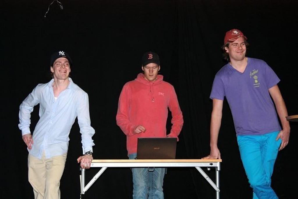 """Felix Magnus (fra v.), Marius Aasen og Simen Sandberg øver på den kommende BI-revyen. Her henger de i """"baren"""" på Shnas. Foto: Ingvild Liadal"""