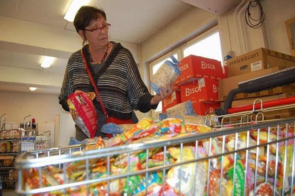 Her står Johanna Engen og inspiserer matvarene som skal deles ut på Fattighuset senere på dagen. Hun mener flere må ta ansvar for byens vanskeligstilte. FOTO: Anita Bakk Henriksen
