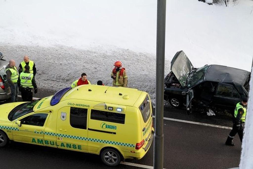 De tre som satt i bilen som ble påkjørt og føreren av varebilen som kjørte på er kjørt til Ullevål universitetssykehus for sjekk.