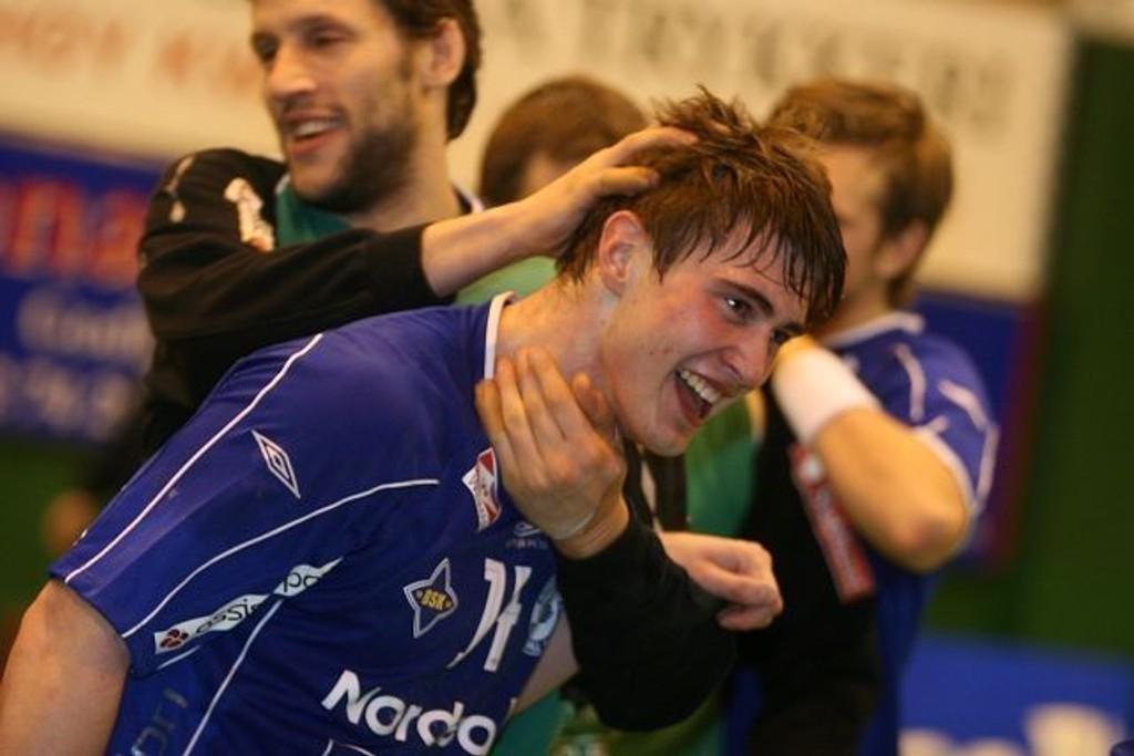 Jaaaa! Johannes Hippet scoret 16 mål mot Drammen. Her gratuleres han av keeper Emil Jungman.