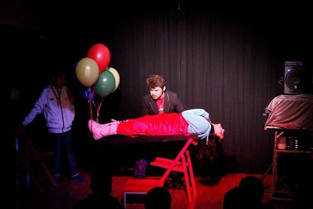 Davido opphever tyngdekraften og lar Amber sveve over scenen.