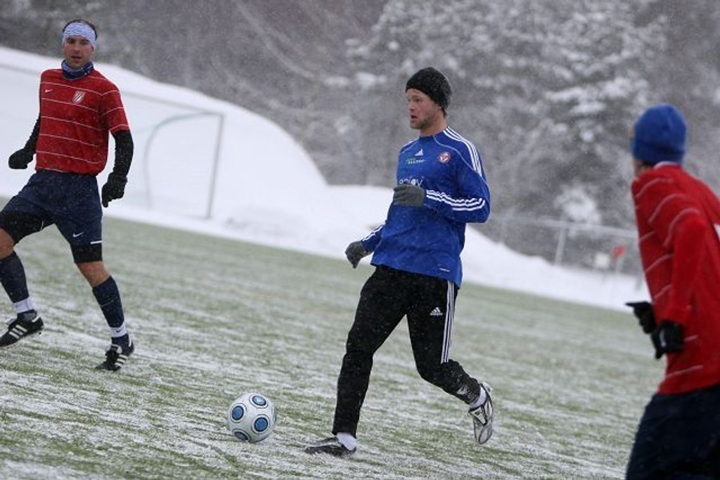Kald fornøyelse: Thomas Sæther (med ballen) og KFUM/Oslo spilte 2-2 mot Frigg i lørdagens trenimngskamp i snøføyka på KFUM Arena.