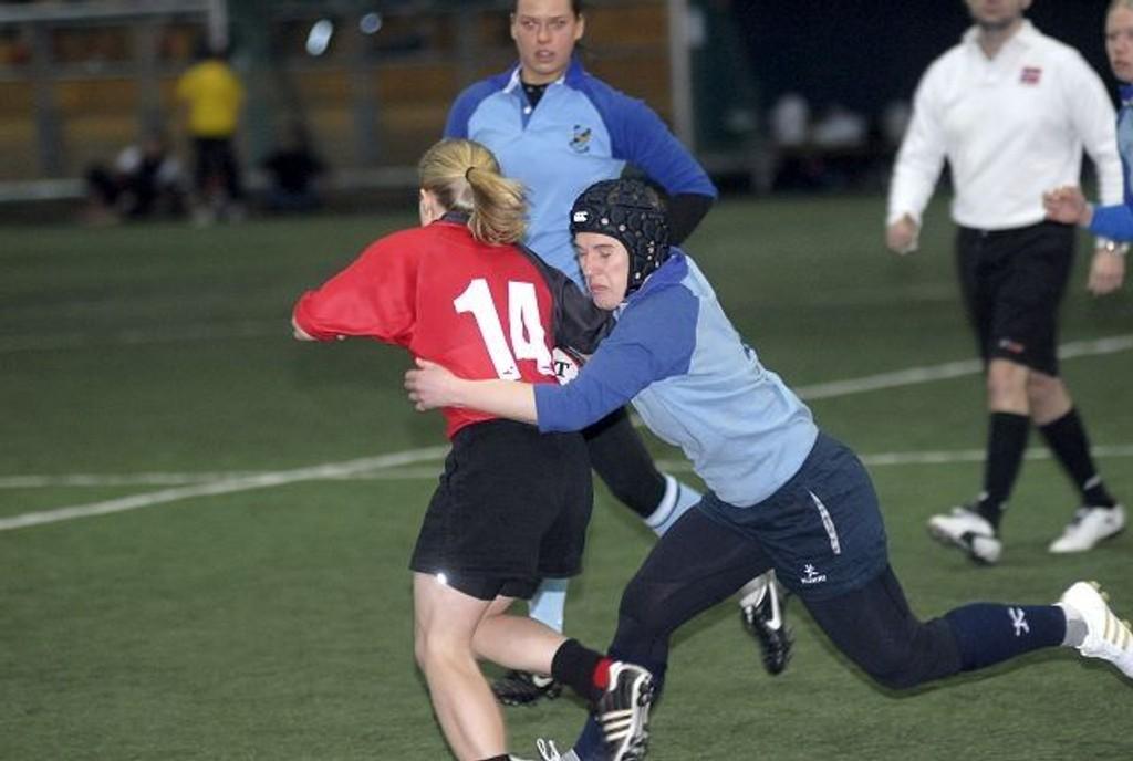 Knallet til: Ylva Steiner traff godt med denne taklingen under helgens rugbyturnering. FOTO: ARE KOLSTAD
