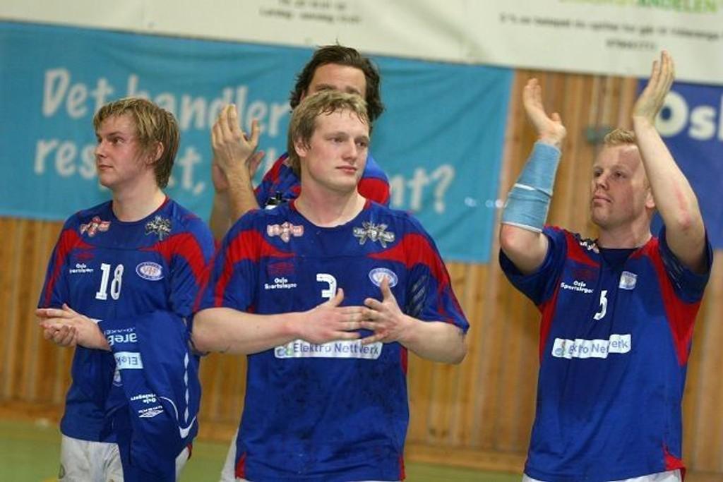 Takker: Ole Thomas Nøstvold (venstre), Anders Gåsemyr (bak), Simen Lereim og Trond Rønning takker publikum etter seieren mot Fram.