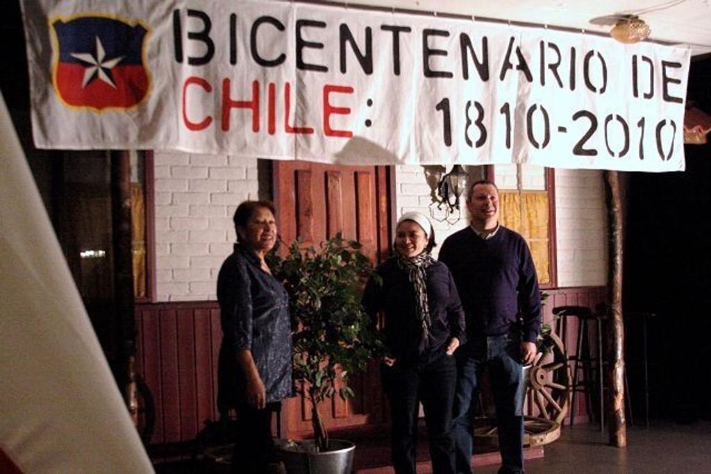 I Det Chilenske Kulturhus er det stor aktivitet for å hjepe etter jordskjelvet. Her Aida Soto, Julia Ojarce og Erwin Urquieta.
