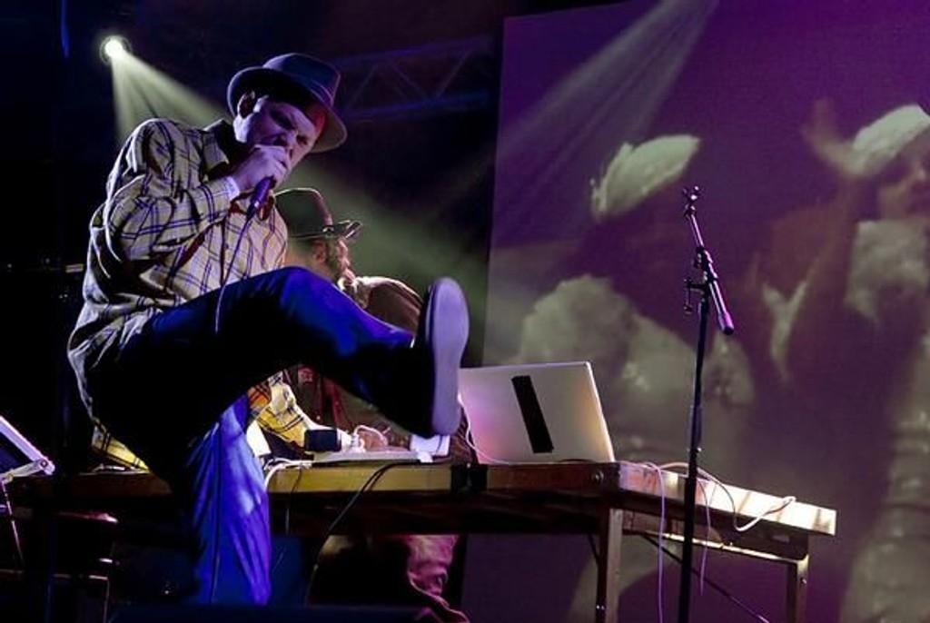 Tore Jazztobakk på scenen med Ost og Kjex.