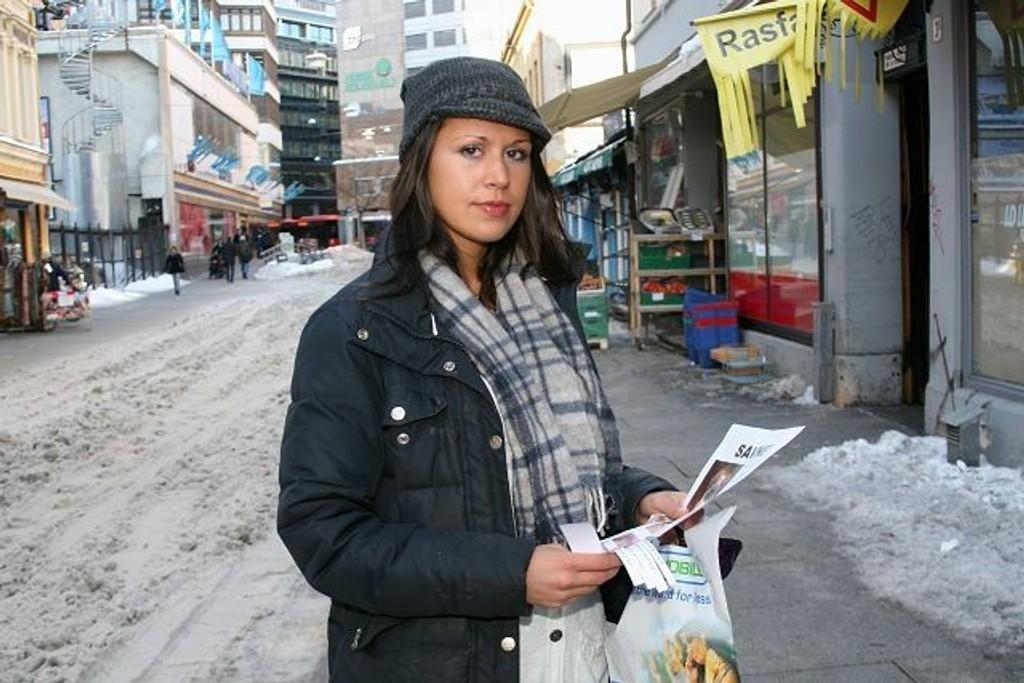 Amina Bacali jubler etter at valpen Chocki ble funnet av politiet. FOTO: NILS SKUMSVOLL
