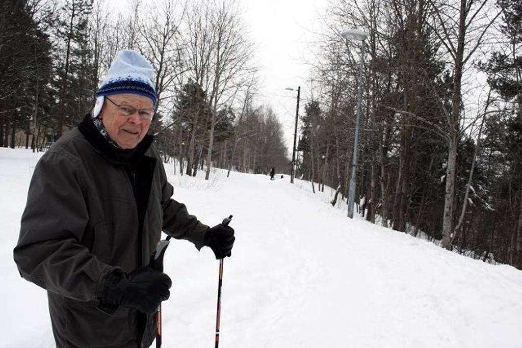 Ragnar Reinertsen forteller at den umåkede gangveien gjør at folk må tråkke ut i snøen for å slippe forbi møtende på stien. Foto: Trine Dahl-Johansen