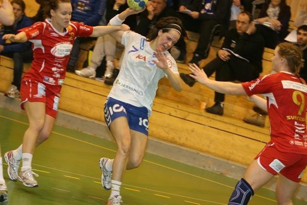 Arnhild Holmlimo sklir forbi Levangers Silje Marie Berget (venstre) og Silje Svendsen og scoret ett av sine tre mål. KLIKK PÅ BILDET FOR Å SE NESTE BILDE