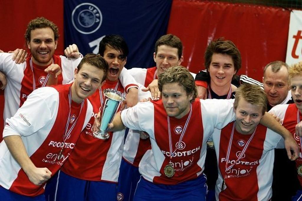 KFUM/Oslos spillere jubler etter at seieren mot Vegakameratene er i boks.