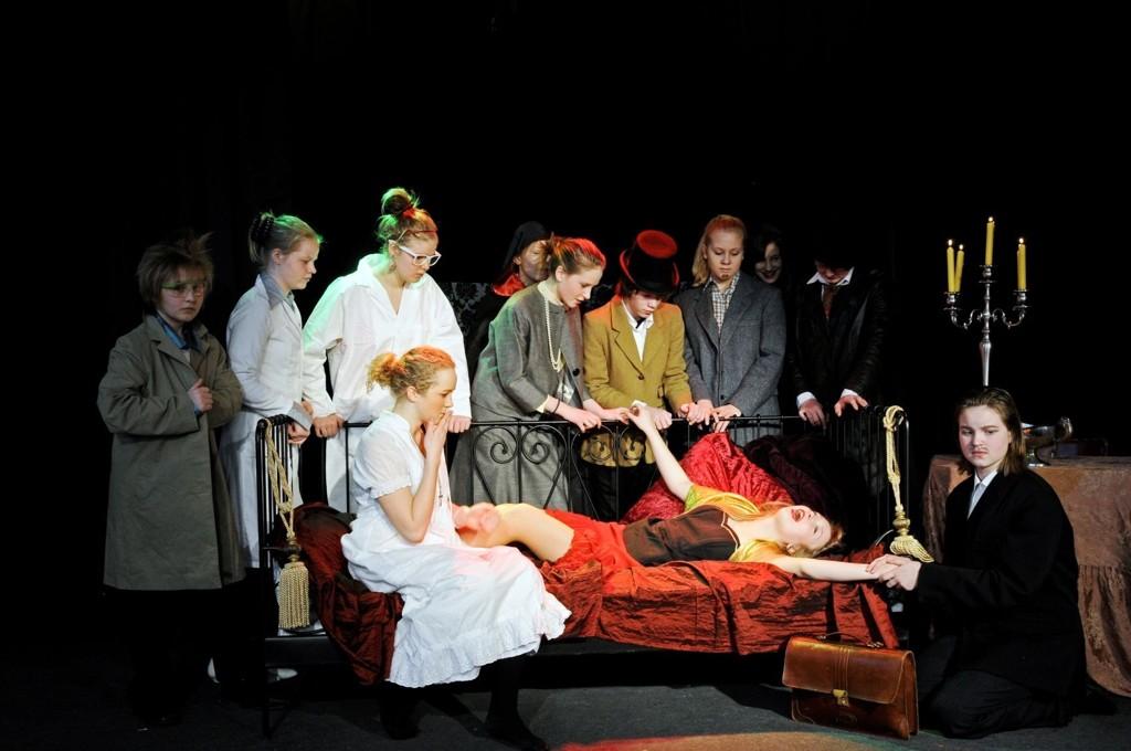 Ungdomsgruppa til ØBUT har première på Dracula.