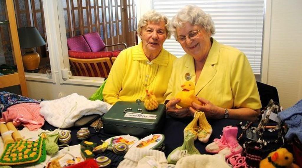 Karin Krogh og Gunvor Mjelde i gult for anledningen, på Skøyen Smestad seniorsenter store påskemarked i forkant av påsken. Foto: Julie Mørck