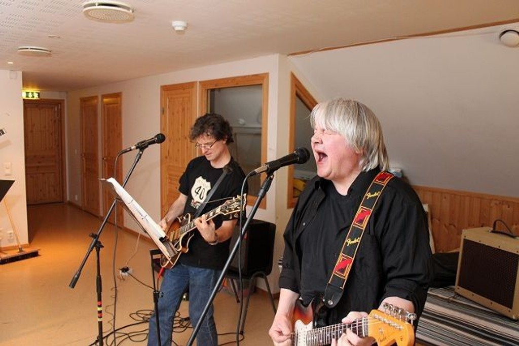 Guitar og vokal: F.v.: Olai bendik Erdal og Lars Helljesen. Foto: Simen Sundsbø