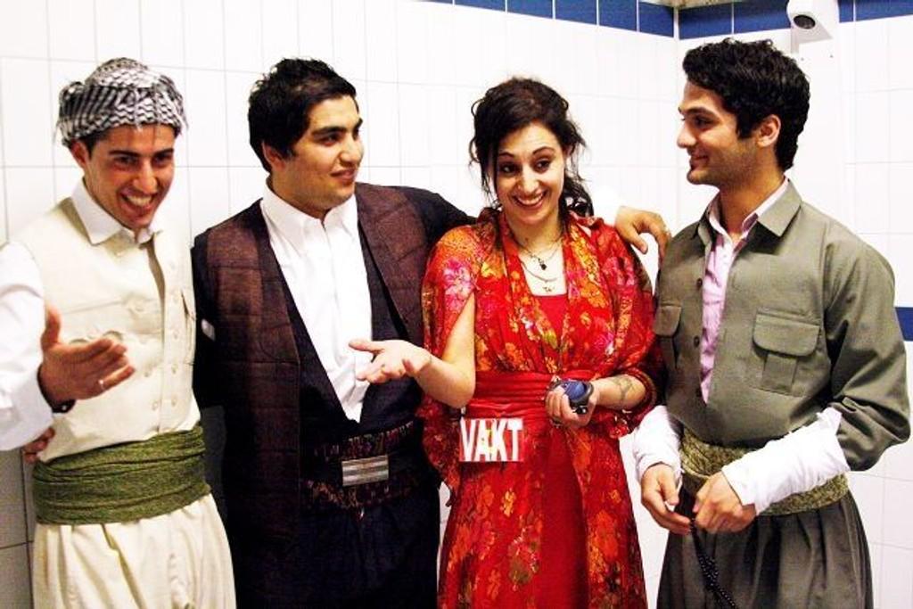 Ilknur som er en av ildsjelene bak arrangementet sammen med tre glade dansere som skal opptre senere på kvelden, Hamin, Merxas og Akam.