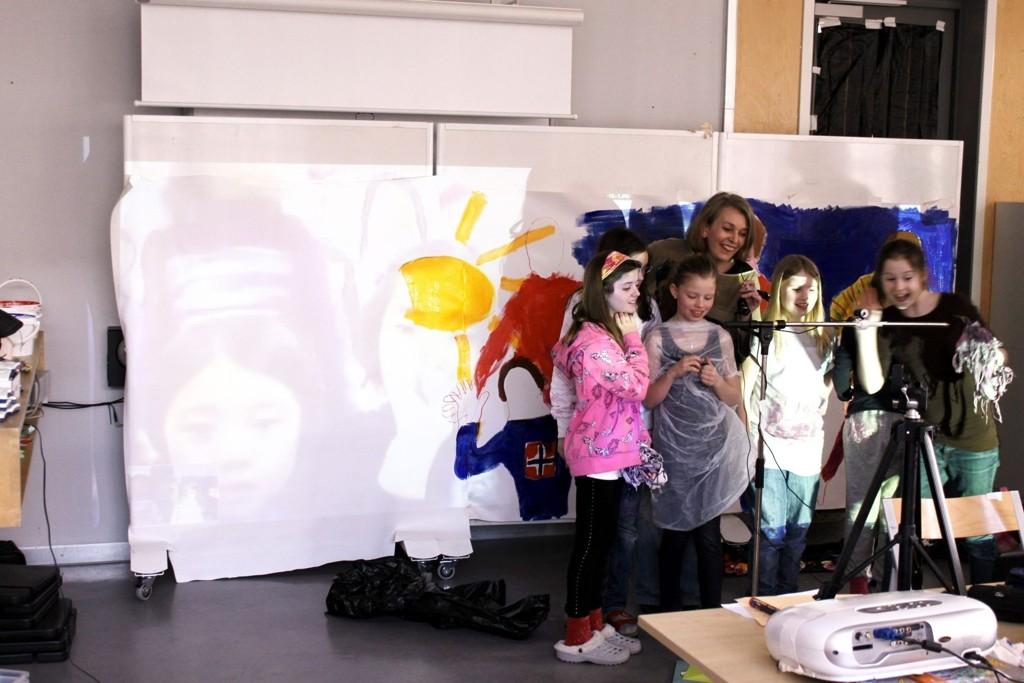 Prosjektleder Fride Kramer Riseng sammen med elever fra 5. trinn i kommunikasjon med barn i Korea. FOTO: Simen Sundsbø