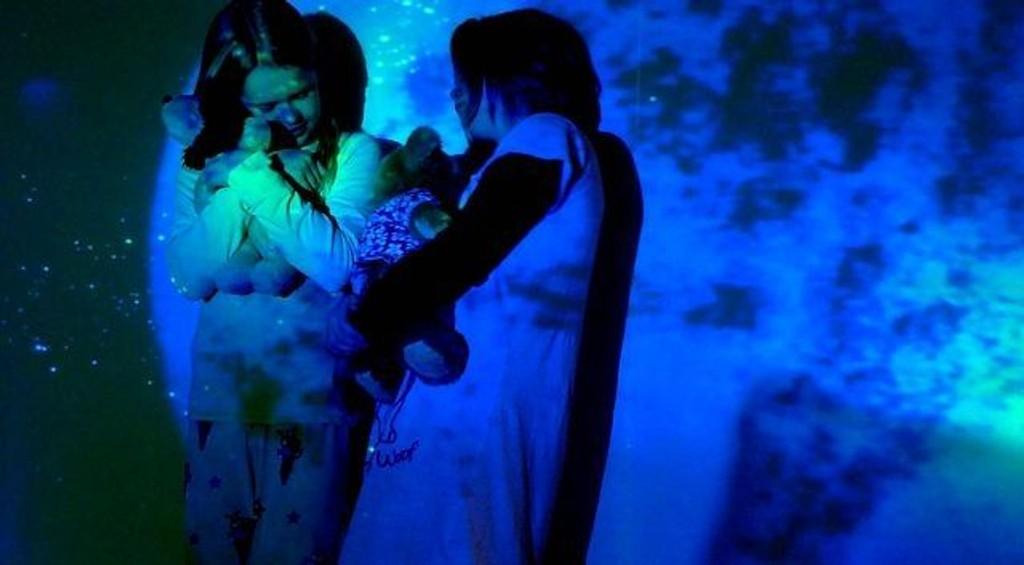 Anna og Frida står ute i verdensrommet. «Hva tenker marsboere når de ser Jorda på avstand og hva melder de hjem til Mars når de kommer nærmere innpå jordkloden?» ALLE FOTO: Fride Kramer Riseng KLIKK PÅ BILDET FOR Å SE NESTE BILDE