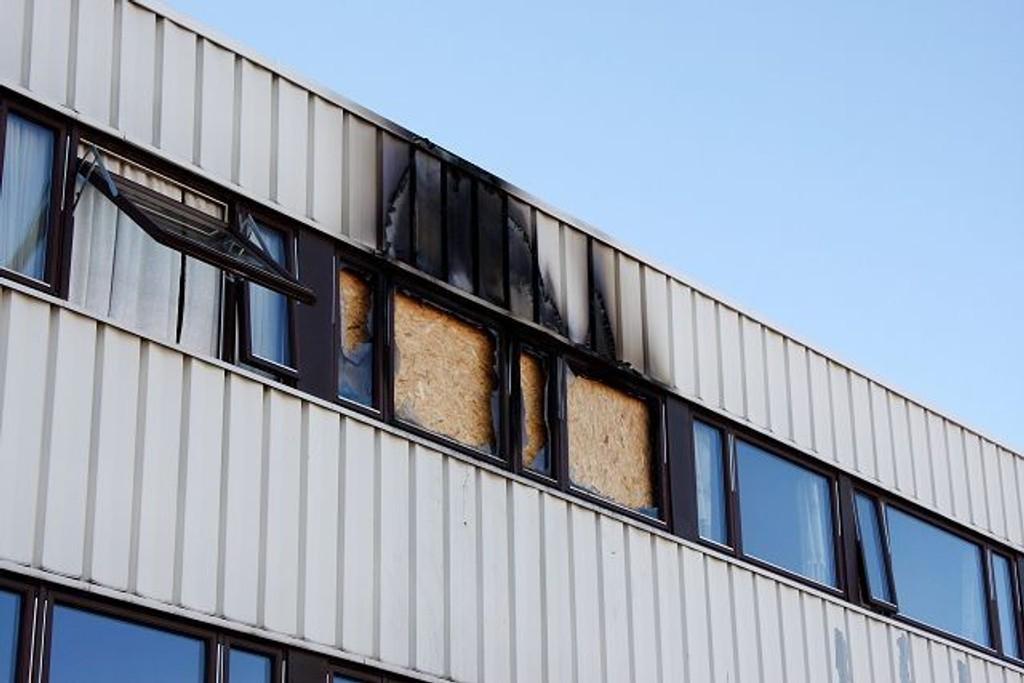 Fra denne leiligheten i tredje etasje hoppet mannen ut da det begynte å brenne søndag morgen. Foto: Trine Dahl-Johansen