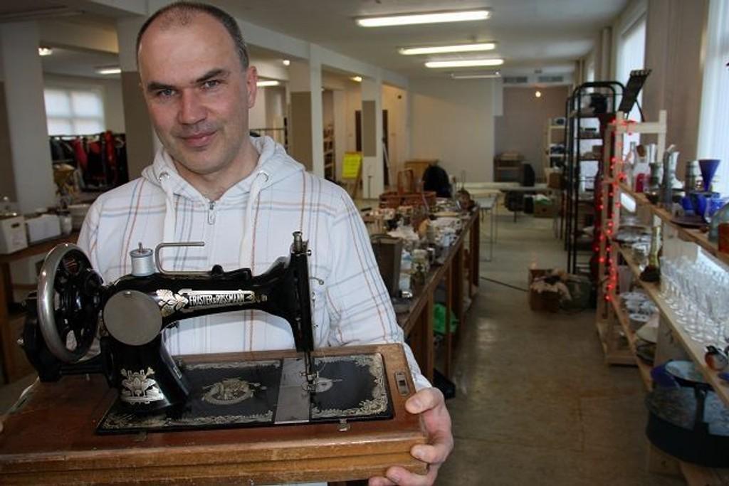 Gunnar Kalseth viser frem et gammelt klenodium, en tyskprodusert symaskin fra Frister & Rossmann, antakelig produsert en gang rundt århundreskiftet.  FOTO: LARS ROAR RUD