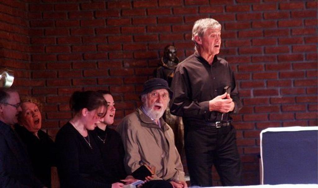 Peder Skredder i Hilmar Johansens skikkelse tordner til forsamlingen.