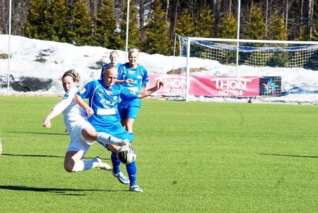Marlene Young og lagvenninnene i Linderud-Grei må kjempe hardt for å holde plassen i Toppserien. I sesongens første hjemmekamp ble det tap.