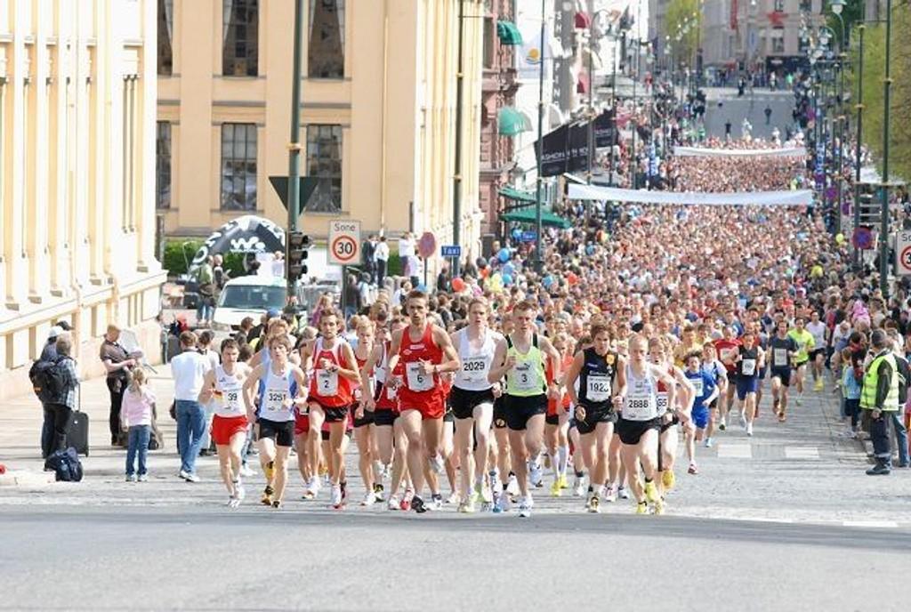 Nesten 3000 deltagere stilte i Sentrumsløpet. Her har vinner Øystein Sylta (i midten) fra Vidar tatt føringen fra start.