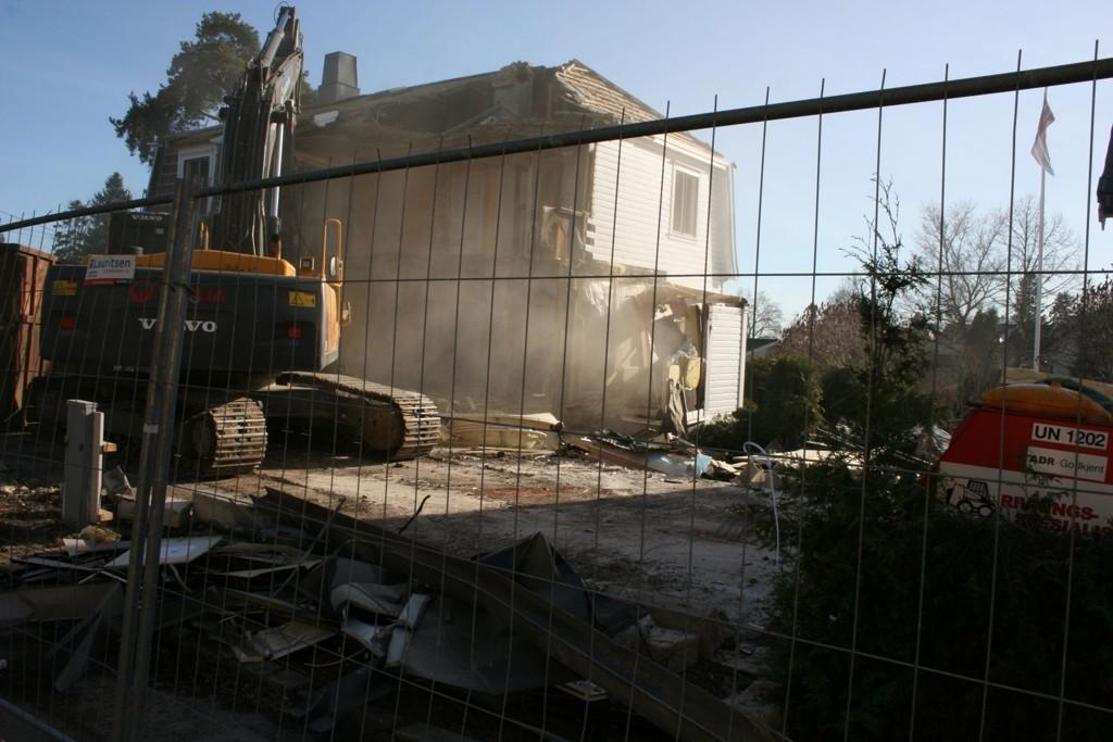Rivingen av Holtveien 3 er godt i gang. Snart starter byggingen av to blokker med 16 boenheter på tomten.