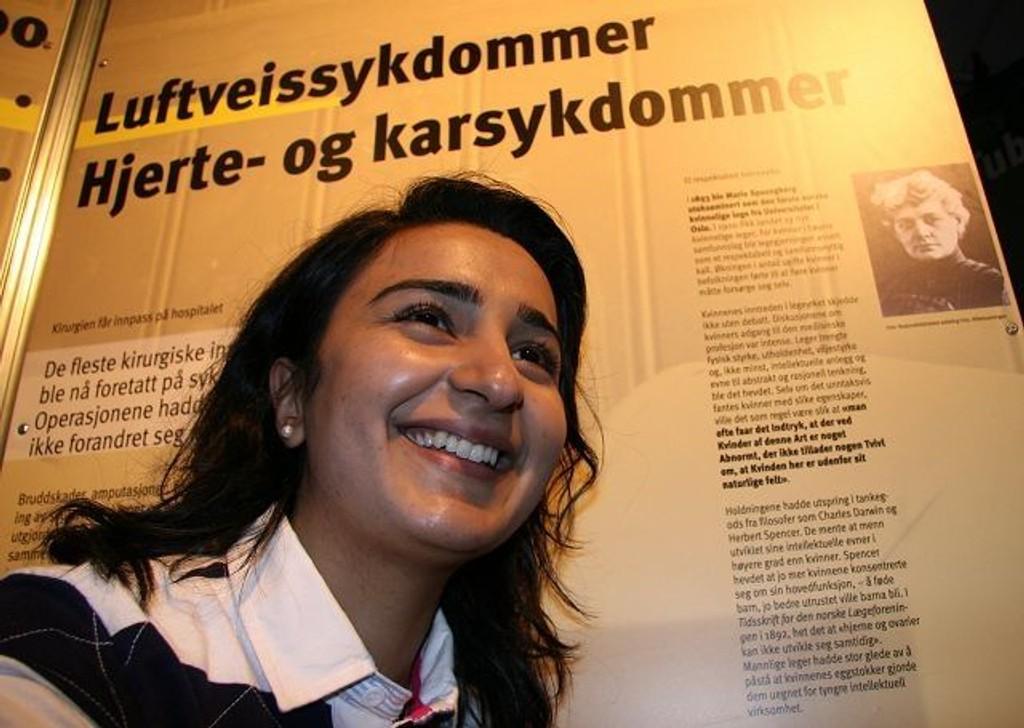 Kjelsås-kvinnen Bushra Ishaqer tildelt Fritt Ords pris, sammen med Abid Raja – her foran første norske kvinnelige lege - 1893 – Marie Spångberg.på Teknisk Museum, hvor også Bashra tidligere jobbet. Foto: Kristin Haga