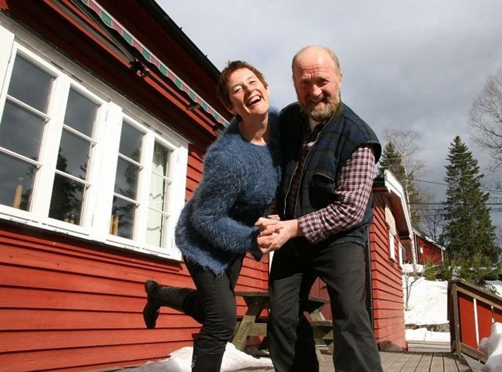 På lørdag skal danses på velhuset på Sørbråten – her varmer Marianne Faye og Fred E. Borg opp på terrassen på velhuset. Foto: Kristin Tufte Haga