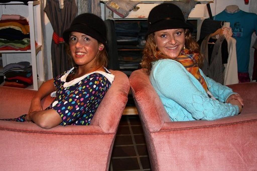 Angela og Julia, gleder seg til morgendagens fering. FOTO: JULIE MESSEL